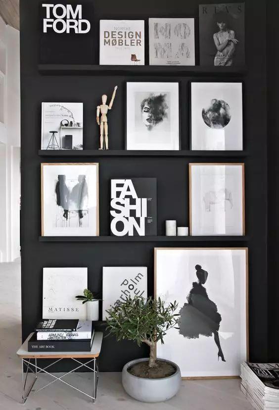 独立的墙面颜色可以用黑色,与艺术画,手绘作品,书籍,摆设等进行组合