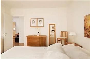日式室内设计中色彩多偏重于原木色,自然色彩的沉静和造型线条的简洁